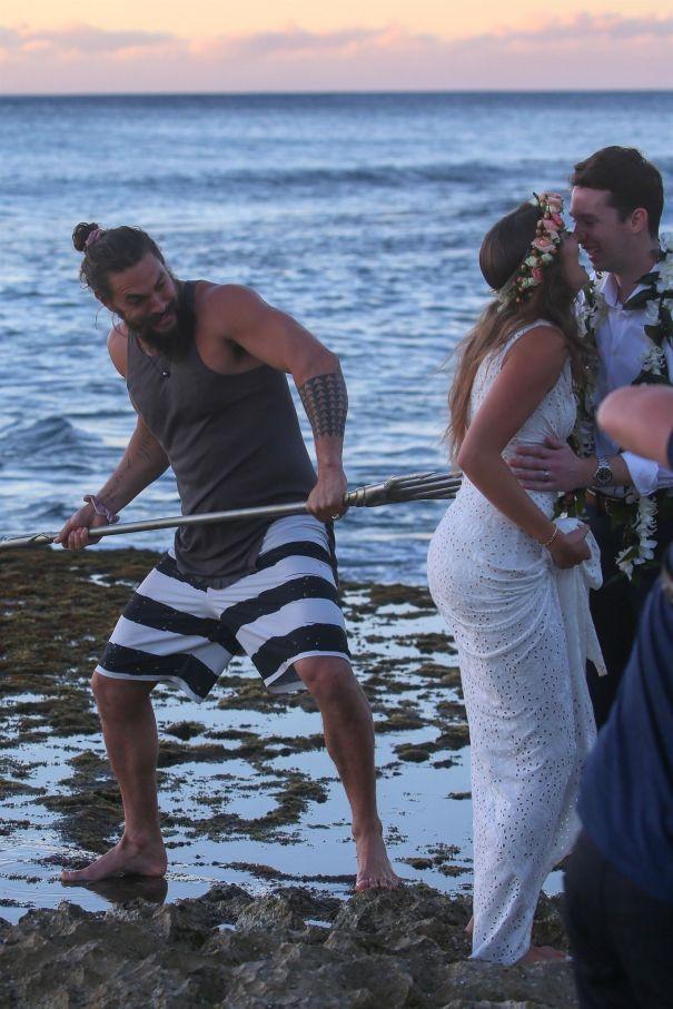 'Aquaman' Star Jason Momoa Photobombs Newlyweds