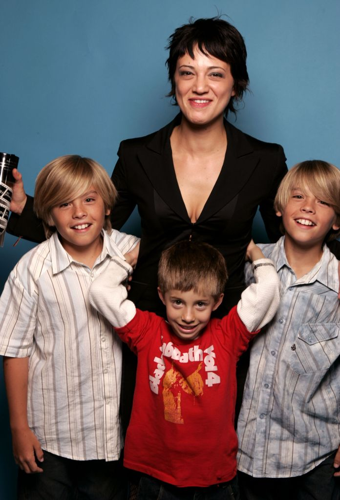 Asia Argento poses with Jimmy Bennett (centre) and Dylan and Cole Sprouse at the 2004 Movieline . (Photo by Jeff Vespa/WireImage)