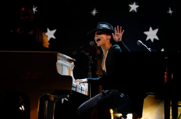 Alicia Keys Plays Two Pianos At Once