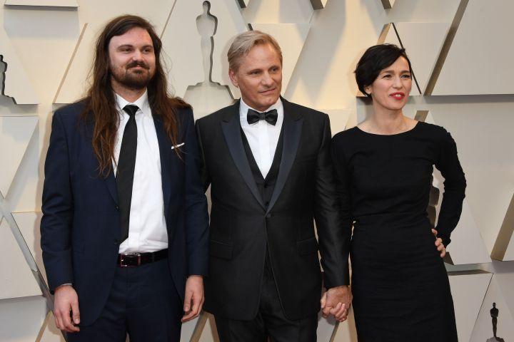 Viggo Mortensen, his son Henry and his partner actress Ariadna Gil (MARK RALSTON/AFP/Getty Images)
