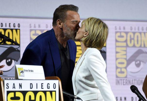 Linda Hamilton, Arnold Schwarzenegger Smooch At Comic-Con