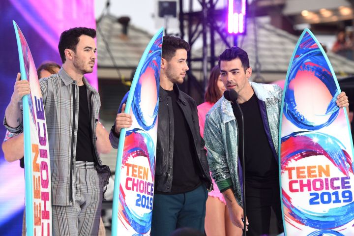 HERMOSA BEACH, CALIFORNIA - AUGUST 11: (L-R) Kevin Jonas, Nick Jonas and Joe Jonas of Jonas Brothers accept the Teen Choice Decade Award onstage during FOX's Teen Choice Awards 2019 on August 11, 2019 in Hermosa Beach, California. (Photo by Kevin Mazur/Fox/Getty Images for FOX)