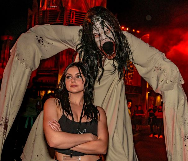 Ariel Winter Keeps Her Cool At 'Horror Nights'