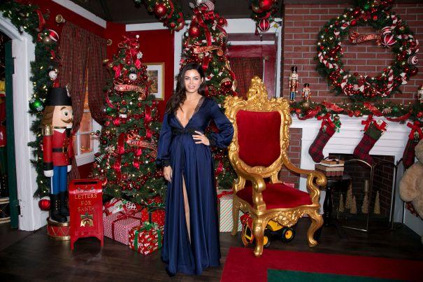 Jenna Dewan Goes Blue For Christmas