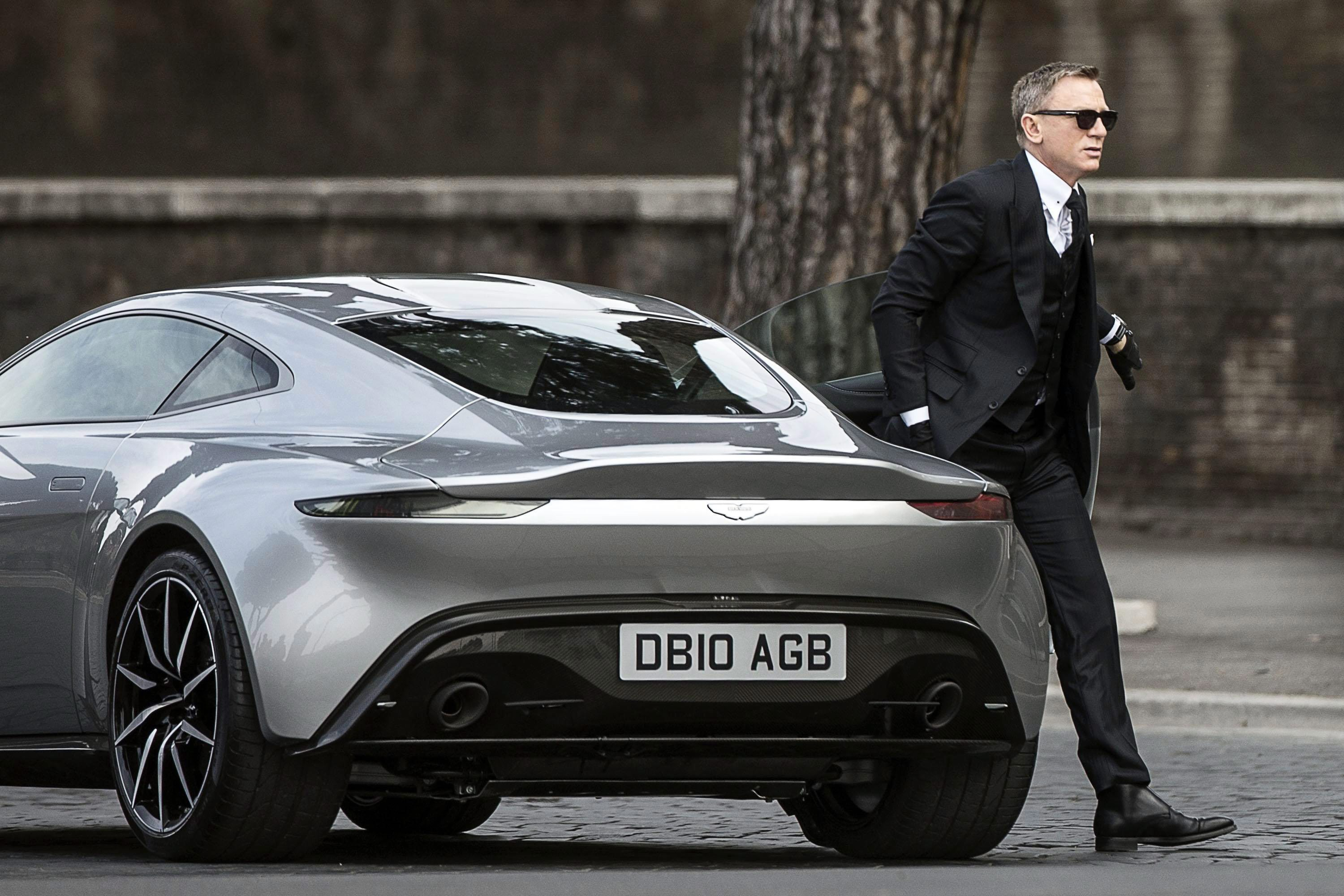 Daniel Craig Admits He Fakes It When Driving James Bond S Aston Martin Db5 Says He Isn T Allowed To Film High Speed Scenes Any More Etcanada Com