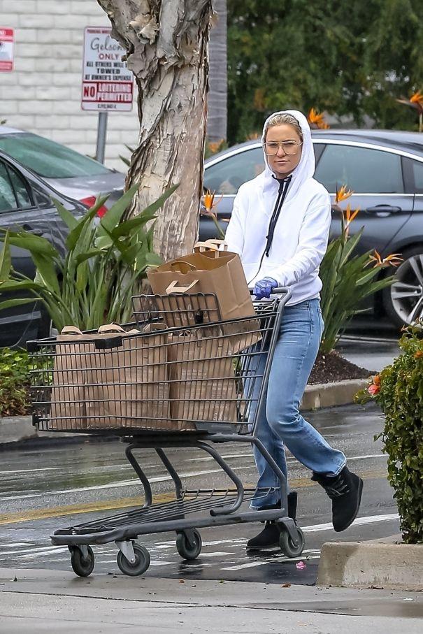 Kate Hudson Takes Precautions While Shopping