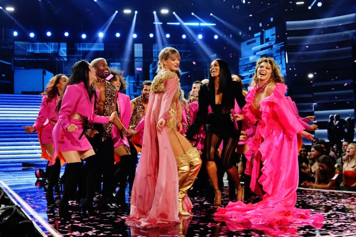 Taylor Swift and Shania Twain are seen onstage during the 2019 American Music Awards. Photo by Emma McIntyre/AMA2019/Getty Images for dcp