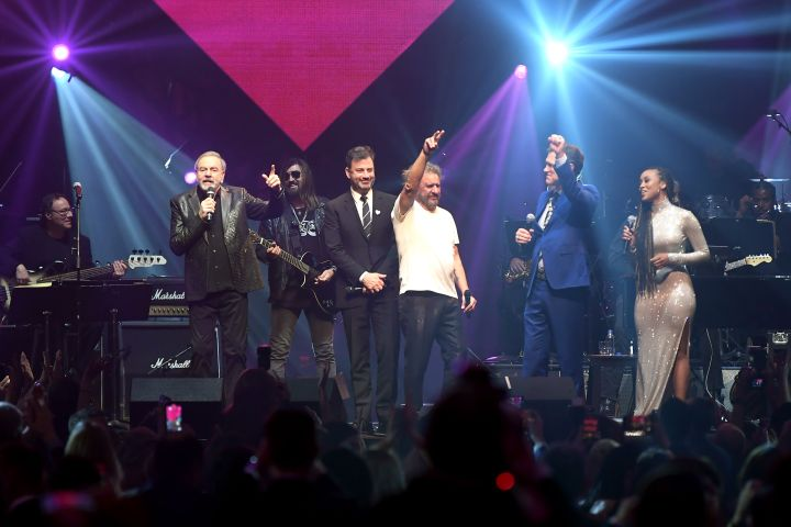 (L-R) Neil Diamond, Jimmy Kimmel, Sammy Hagar, Chris Isaak and Katlyn Nichol perform onstage at the 24th annual Keep Memory Alive 'Power of Love Gala' benefit for the Cleveland Clinic Lou Ruvo Center for Brain Health at MGM Grand Garden Arena on March 07, 2020 in Las Vegas, Nevada. (Photo by Bryan Steffy/Getty Images for Keep Memory Alive)