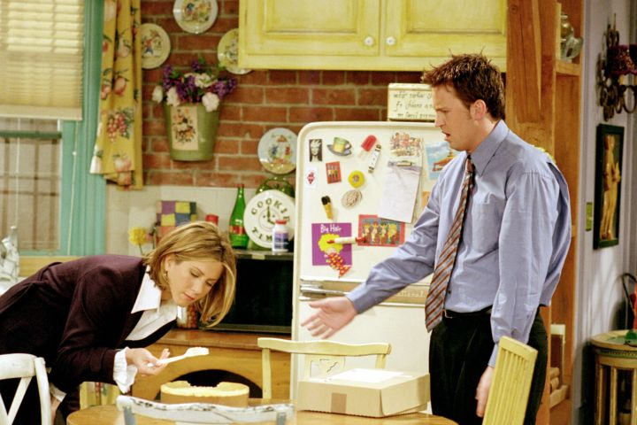 PREMIUM --   FRIENDS, Jennifer Aniston, Matthew Perry, 'The One With All The Cheesecakes', (Season 7, epis. #711, aired 01/04/2001), 1994-2004, © Warner Bros. / Courtesy: Everett Collection