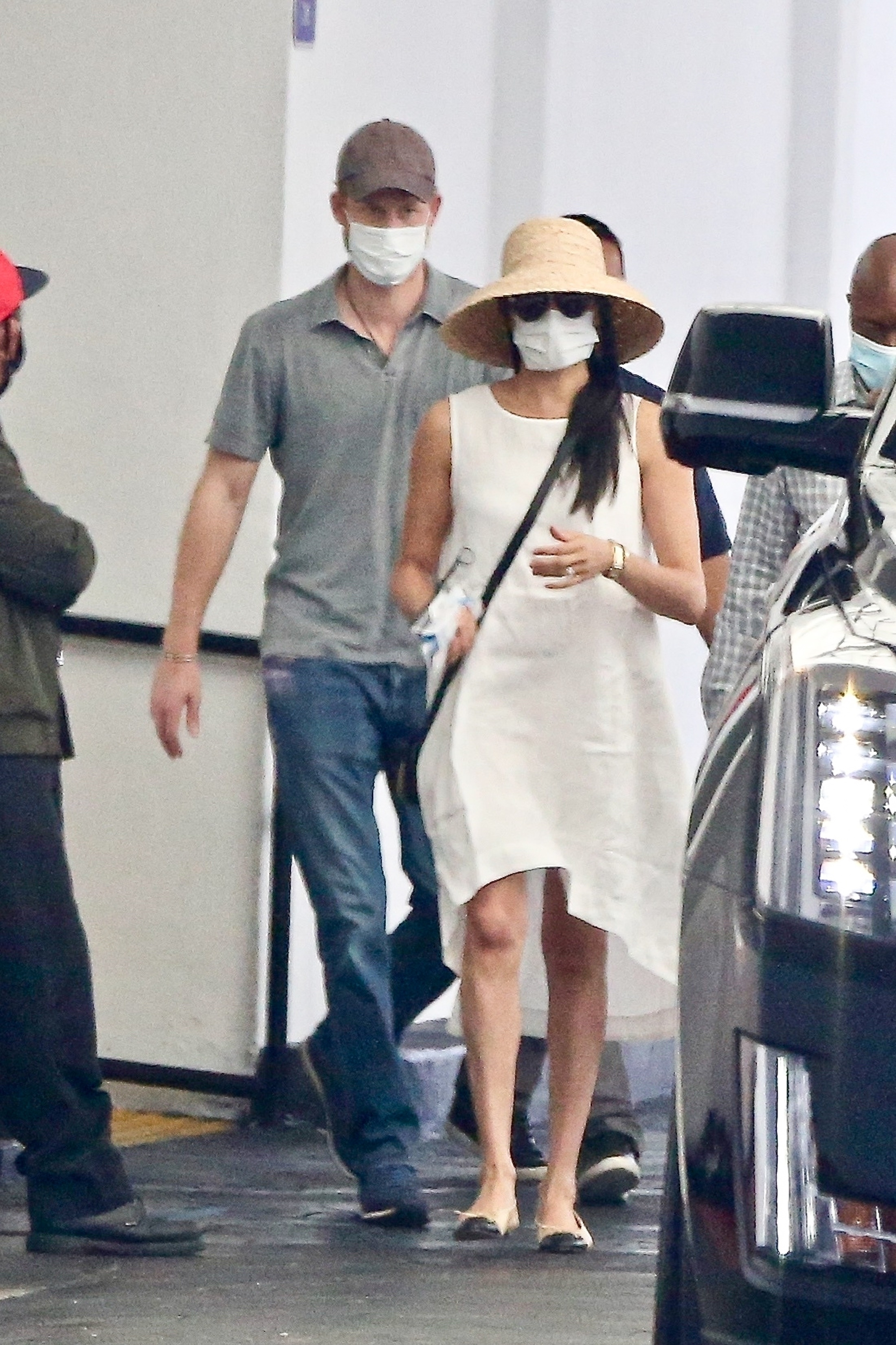 meghan markle looks chic in cream dress and sun hat while in beverly hills with prince harry etcanada com meghan markle looks chic in cream dress