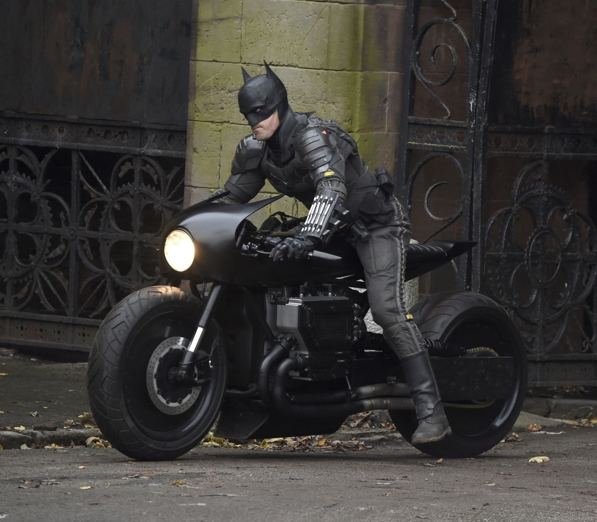 Fans Get First Look At Robert Pattinson's Batcycle And Suit In New Photos  From 'The Batman' Set | ETCanada.com