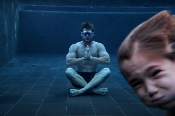 Photo of Chris Hemsworth's Calming Underwater Meditation Hilariously Crashed By His Son