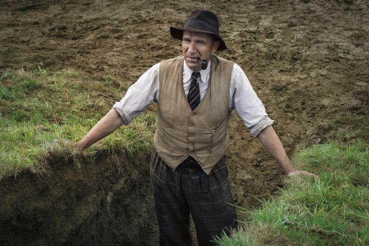 Photo: RALPH FIENNES as BASIL BROWN. Cr./Netflix
