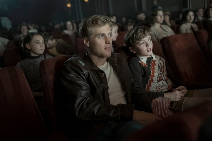 Photo: JOHNNY FLYNN as RORY LOMAX/Netflix