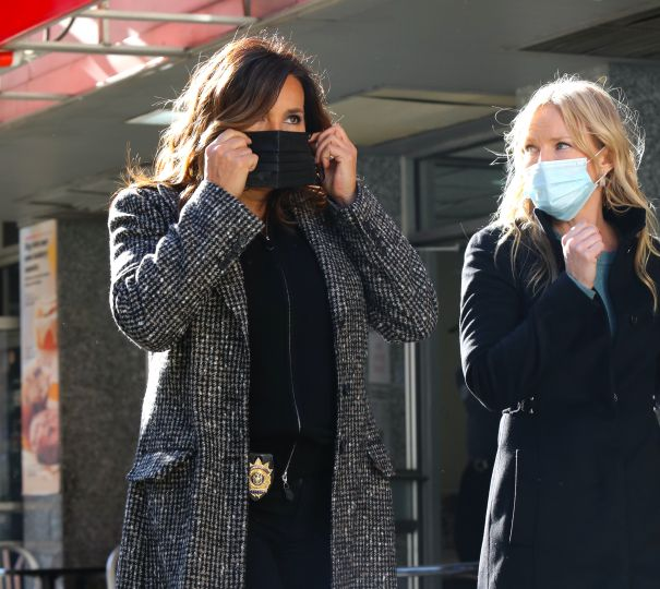 Mariska Hargitay And Kelli Giddish Don Masks To Film 'Law And Order: SVU' In New York