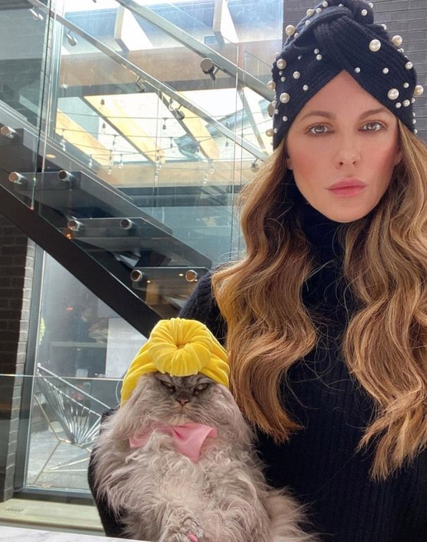 Kate Beckinsale Twins With Her Cat