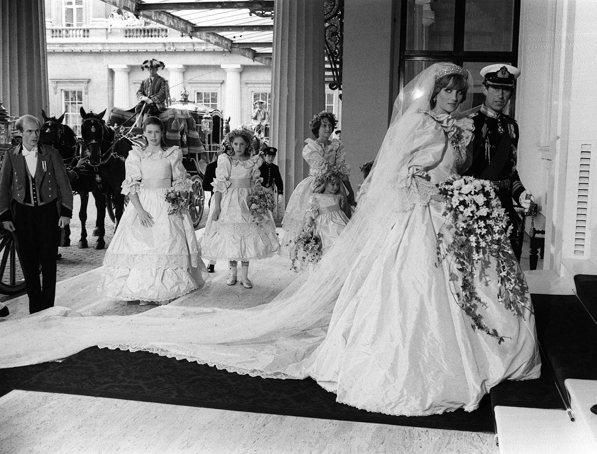 Princess Diana S 1981 Wedding Gown To Go On Display At Kensington Palace This Summer Etcanada Com [ jpg ]