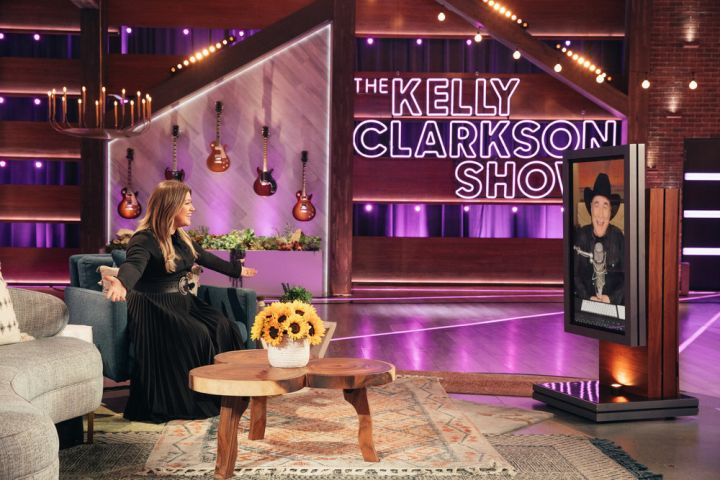 Kelly Clarkson and Clint Black – Photo: Weiss Eubanks/NBCUniversal