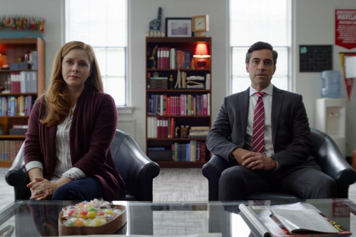 (from left) Cynthia Murphy (Amy Adams) and Larry Mora (Danny Pino) – Universal Pictures