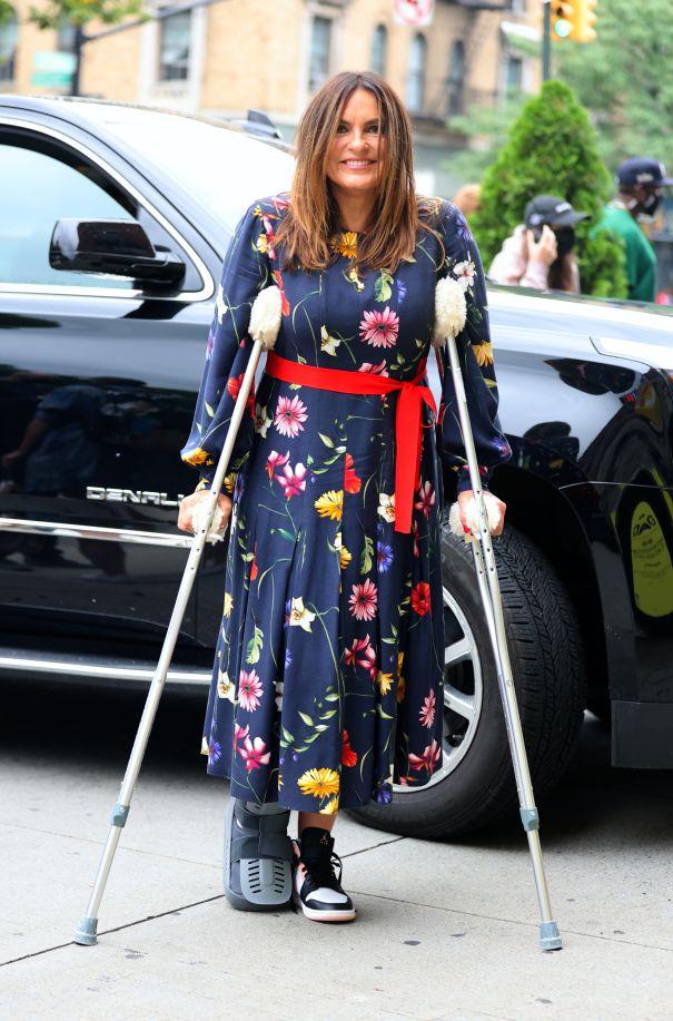 Mariska Hargitay Uses Crutches On 'Law & Order: SVU' Set