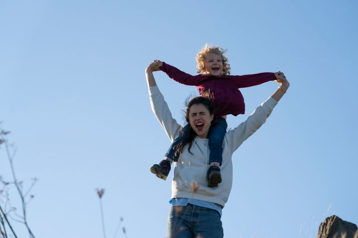 MARGARET QUALLEY as ALEX and RYLEA NEVAEH WHITTET as MADDY in 'MAID'. Photo: RICARDO HUBBS/NETFLIX