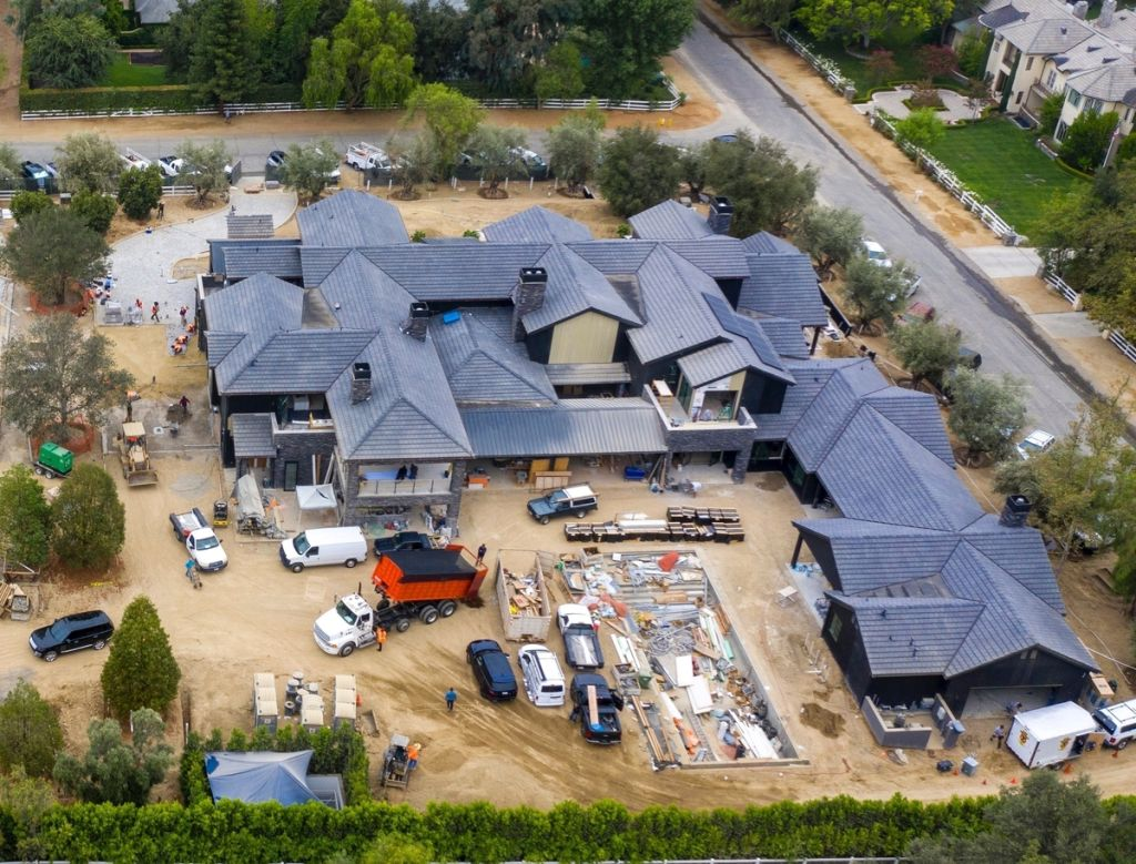 Khloe Kardashian's mansion – Photo: Backgrid