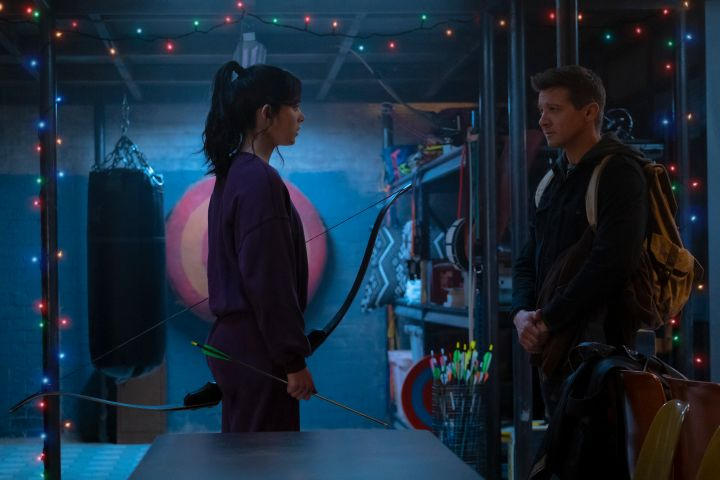 """Kate Bishop (Hailee Steinfeld) and Hawkeye/Clint Barton (Jeremy Renner) in Marvel Studios' """"HAWKEYE"""". Photo by Chuck Zlotnick. ©Marvel Studios 2021. All Rights Reserved."""
