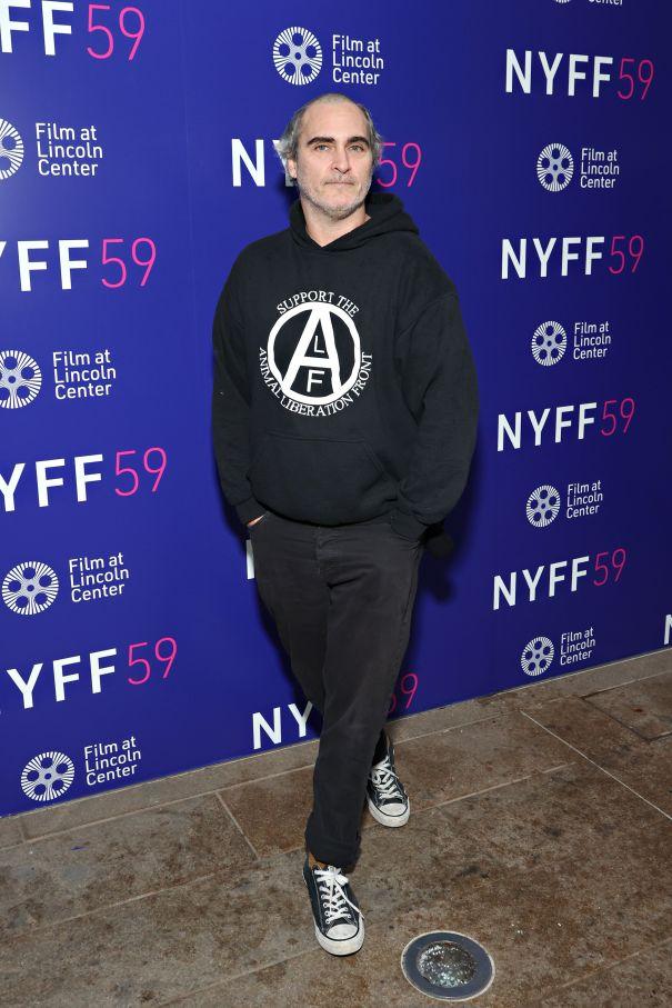 Joaquin Phoenix Rocks New 'Do On Red Carpet
