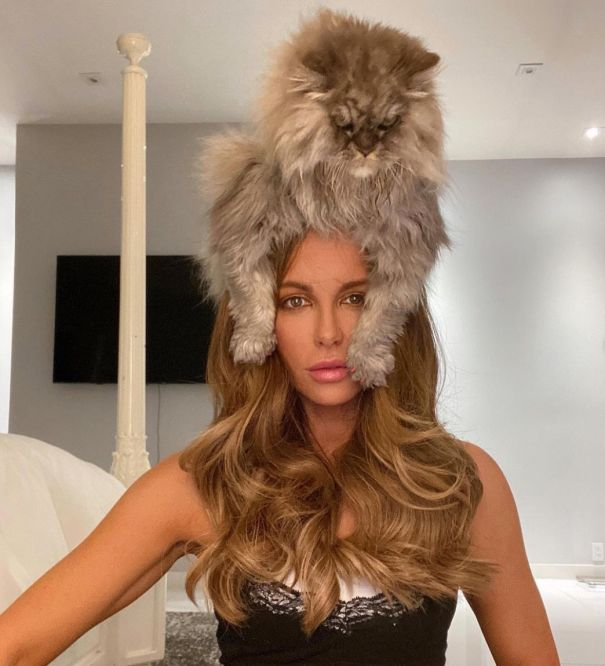 Kate Beckinsale Poses With Her Huge Cat